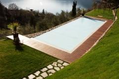 piscina a sfioro a cascata su un lato tapparella chiusa