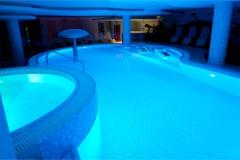 piscina a sfioro a cascata su un lato interna