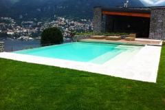 piscina a sfioro a cascata su un lato con zona idromassaggio