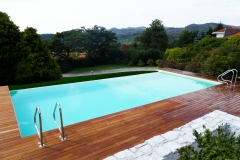 piscina a sfioro a cascata su un lato