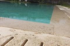 piscina a sfioro dettaglio sfioro