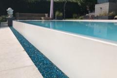 piscina a sfioro a cascata su un lato dettaglio cascata a sfioro