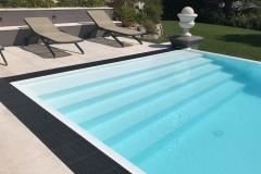 piscina a sfioro a cascata su un lato dettaglio scala