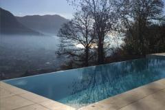 piscina a sfioro su un lato