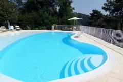 piscina a sfioro con zona spiaggia