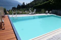 piscina a sfioro con copertura a tapparella