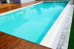 piscina a sfioro a cascata su un lato dettaglio sfioro
