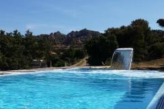 piscina a sfioro con cascata