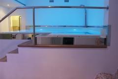 piscina a sfioro indoor con cascata e nuoto contro corrente