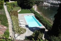 piscina a sfioro su un lato a cascata